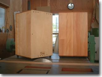SIGNカホンは、ボディーに無垢の木のはぎ板を使用し、天然のオイルとワックスで塗装してあります。